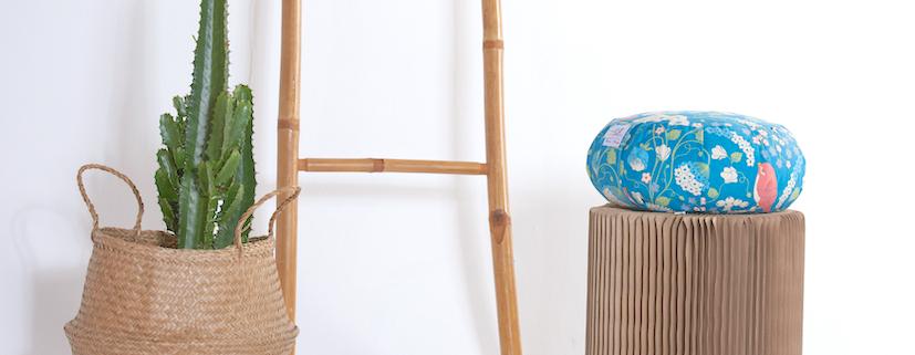 coussin de meditation posé sur tabouret déco en bois