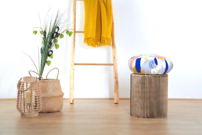 coussin de meditation zafu posé sur tabouret déco en bois