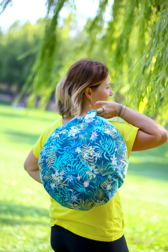 personne portant le coussin de meditation par sa anse comme un sac a main